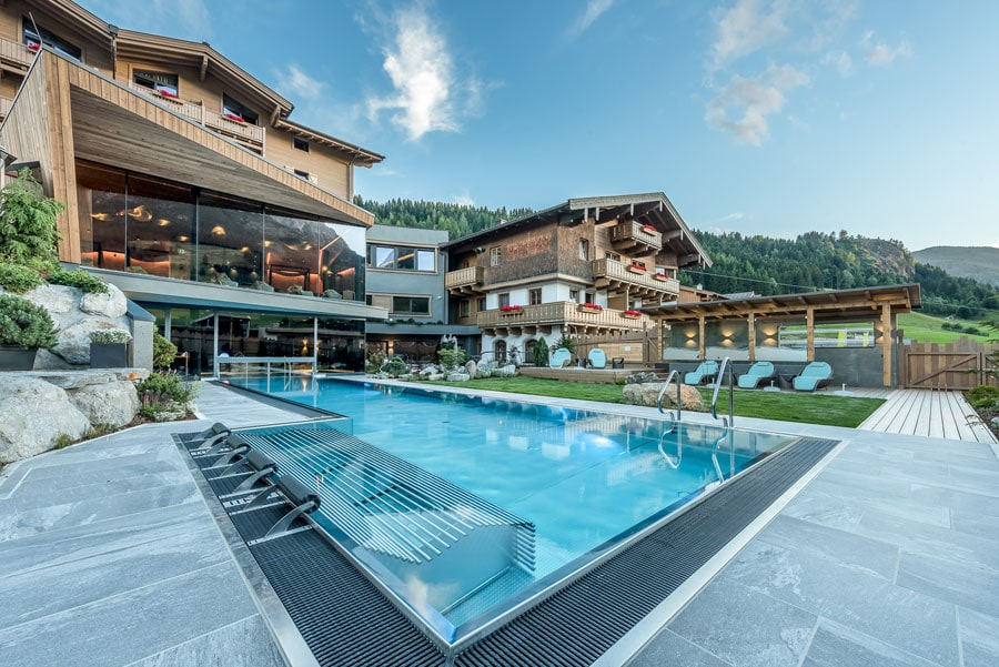 Außenbereich mit Pool im Hotel Riederalm