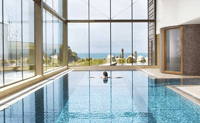 Der Poolbereich im Scarlet Hotel