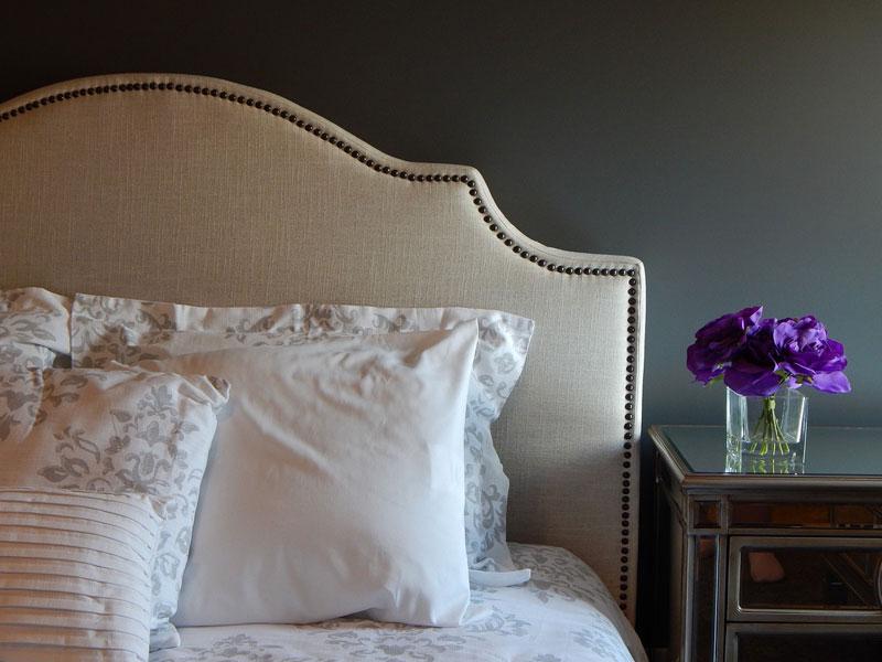 Dunkle Farben im Schlafzimmer wirken beruhigend und gemütlich.