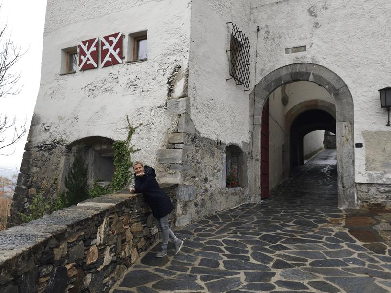 Heike vor dem Schlosseingang
