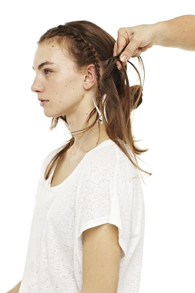 Jedes Haarteil flechten – der einzige Trick ist hier, die Haare von oben beginnen zu flechten und immer die Haare von unten weiter mitzunehmen