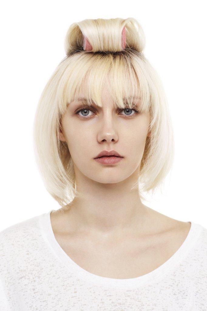 Verwende Lockenwickler  für das obere Haar. Das Haar durchschütteln und mit NIVEA Volume Sensation Styling Spray fixieren.