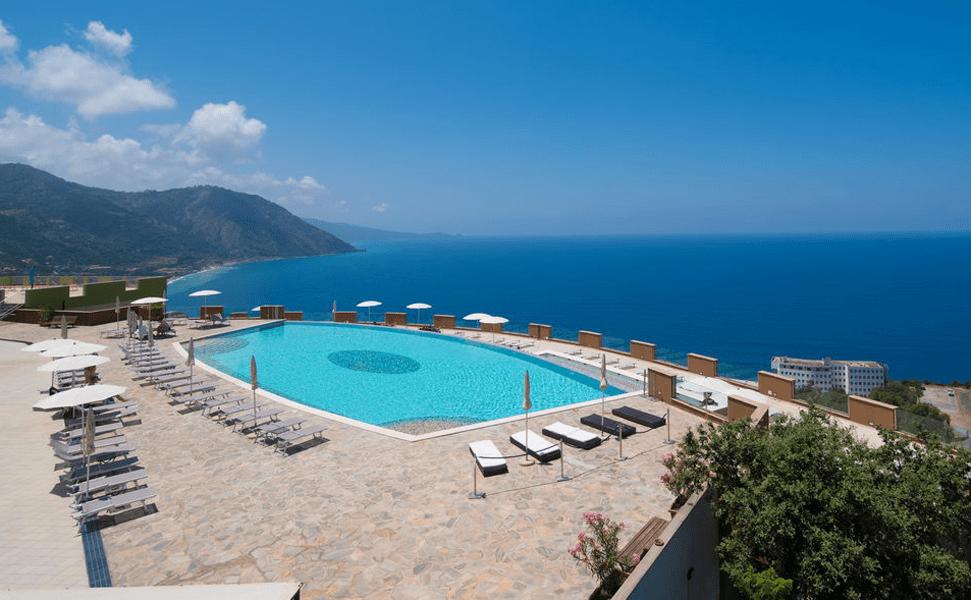 Pool im Grand Avalon Sikani Resort