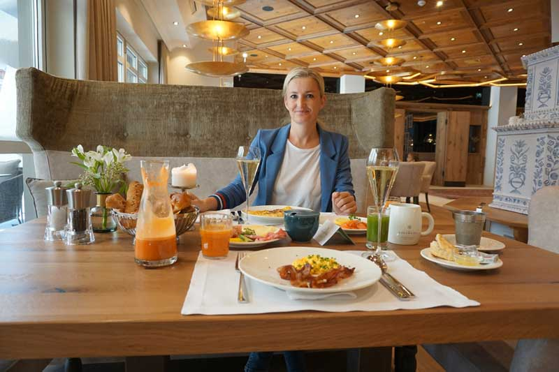 Heike beim Frühstück im Edelweiss Mountain Resort