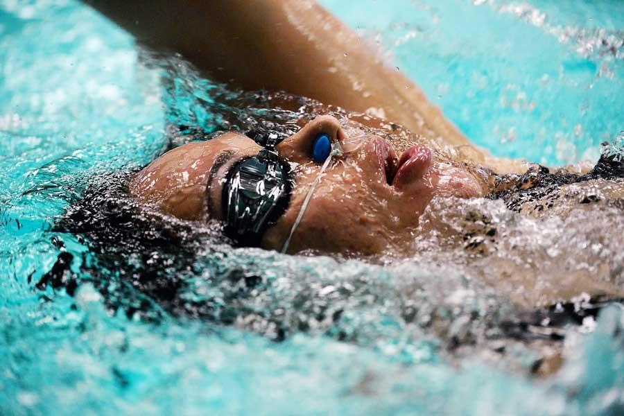 Rückenschwimmen tut bei Schmerzen auch gut