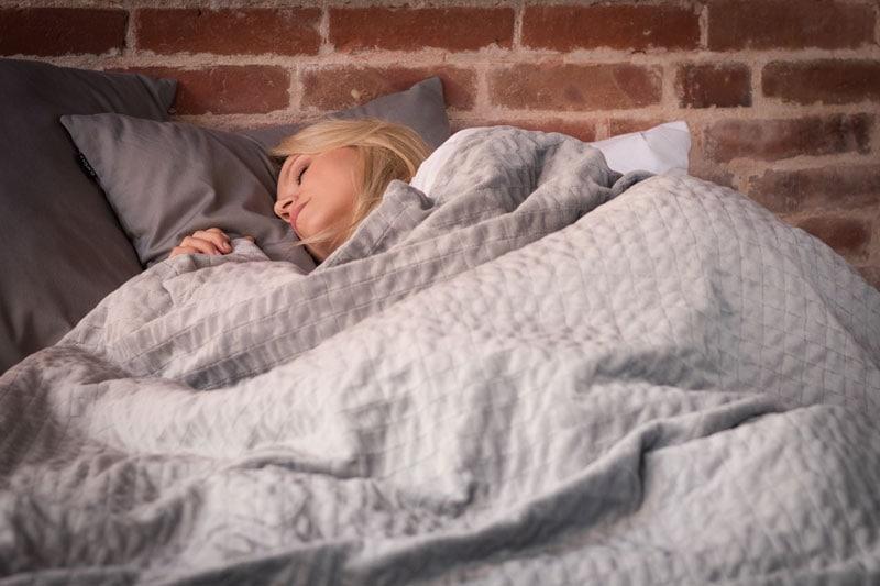 Wohlig schlafen unter der Gewichtsdecke © TherapieDecken