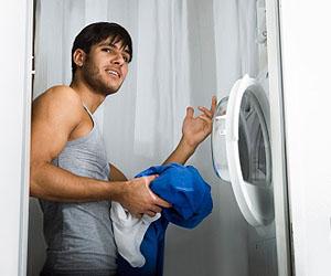 Männer nervt, wenn sie seine Sachen verräumt; © istockphoto