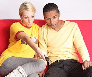 Männer nervt, wenn Frau beim Fernsehen Zwischenfragen stellen; © Peter Atkins - fotolia.com