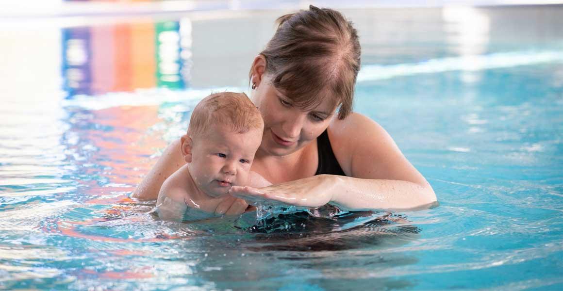 Schon Babys sollten an Wasser gewöhnt werden.