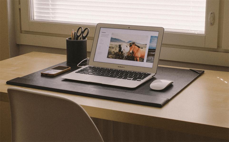 Motivierter arbeiten an einem geordneten Schreibtisch