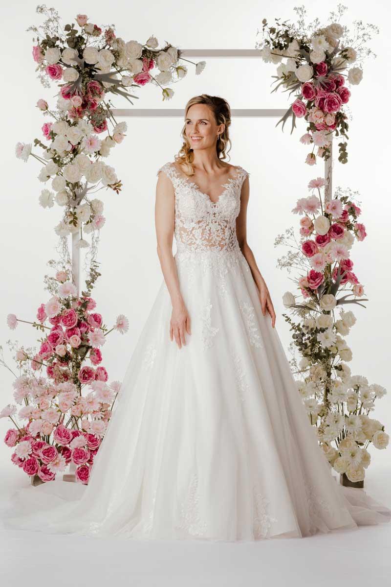 Brautkleid mit Spitze von Steinecker Brautmoden