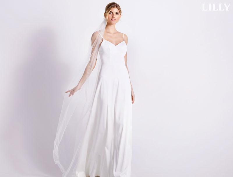 Schlichtes Brautkleid mit Schleier von Lilly.de