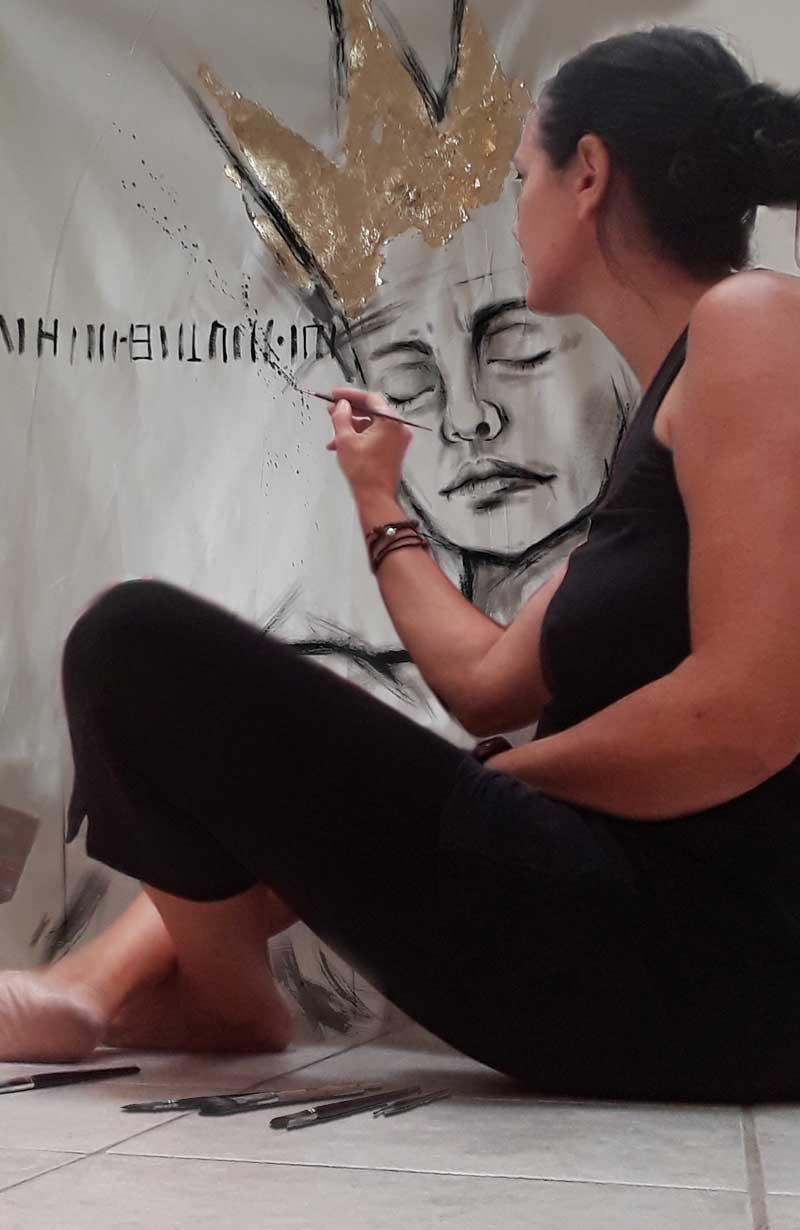 """Malerin Doris Weigl in Vorbereitung der Ausstellung """"StarkeFRAUEN"""""""